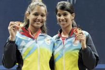 ipika Pallikal (left) and Joshna Chinappa pose with their medals after winning the gold in women's doubles squash event during the 2014 Commonwealth Games in Glasgow. (AFP Photo)