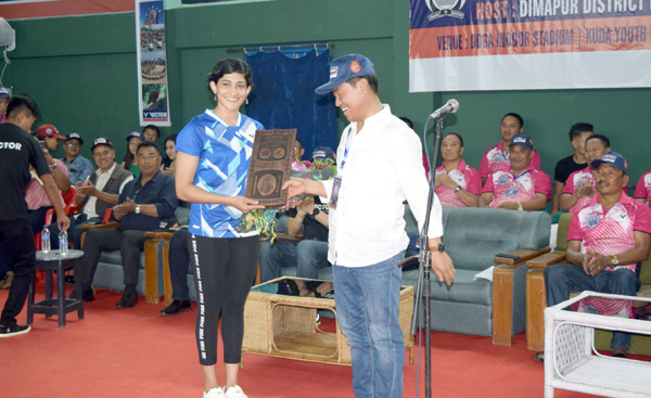 Nagaland Badminton Association President and Minister for Road and Bridges Y. Vikheho Swu presenting a memento to shuttle star Ashwini Ponnappa at the closing ceremony of Victor 1st North-East Masters (Veteran) Badminton Championship 2017.